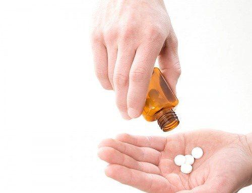 Việc lạm dụng thuốc quá nhiều có thể gây táo bón nên người bệnh cần chú ý