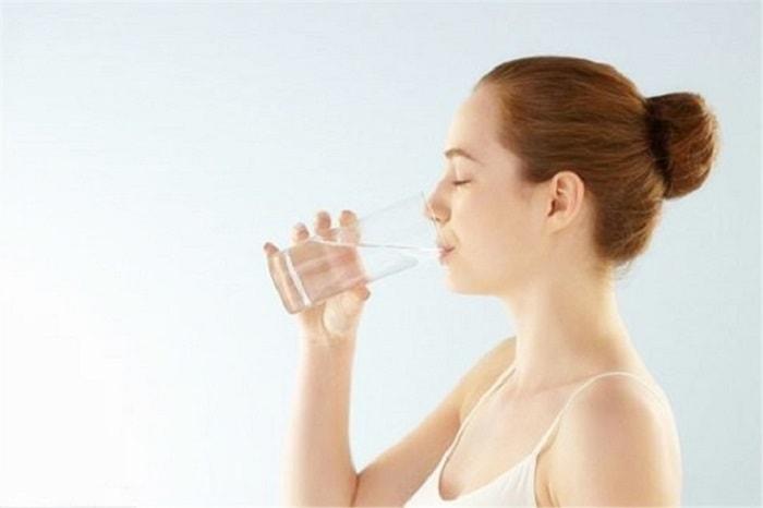 Uống đủ nước mỗi ngày là một trong những cách giúp mẹ bầu giảm đau khi bị trĩ