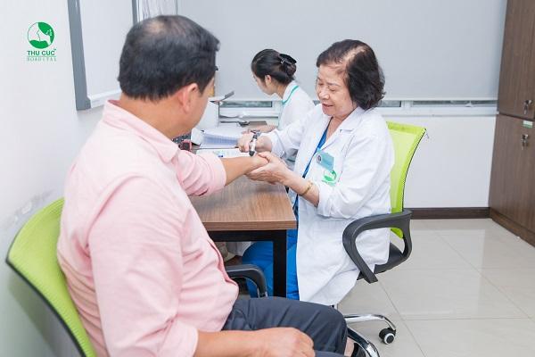 Người bệnh cần đi khám ngay khi có các biểu hiện bất thường ở xương khớp