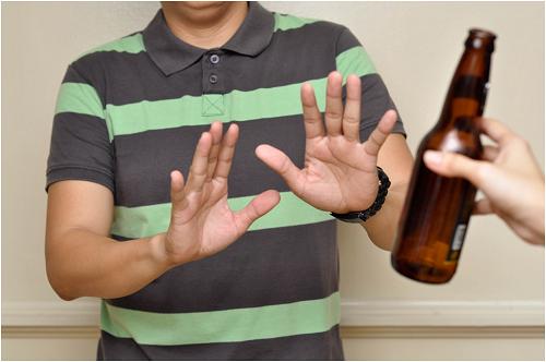 Người bệnh cần tránh uống rượu bia và các đồ uống chứa chất kích thích như cà phê, trà