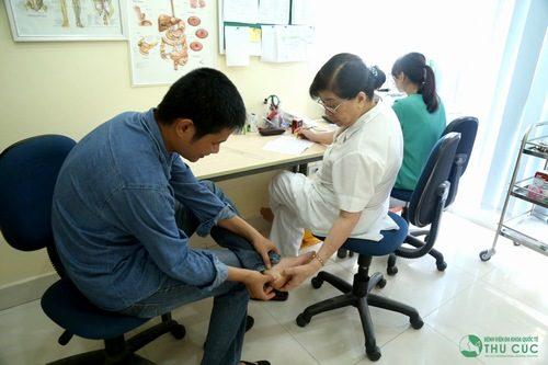 Khi có dấu hiệu bất thường người bệnh cần đến bệnh viện để được bác sĩ chuyên khoa thăm khám chỉ định điều trị