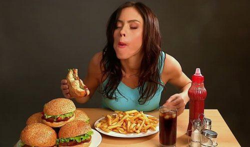 Người bệnh cần tránh ăn các thức ăn chế biến sẵn, nhiều dầu mỡ