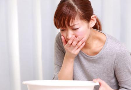 Rối loạn tiêu hóa thường gây ra các triệu chứng đau bụng và nôn.