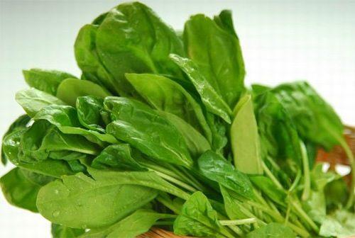 Trong rau chân vịt chứa nhiều hợp chất scellulose giúp thúc đẩy nhu động ruột, giúp bảo vệ gan, dạ dày hiệu quả.