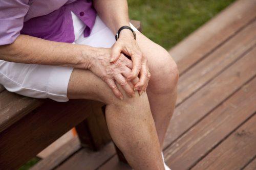 Tuổi tác, chấn thương, mắc các bệnh về khớp gối, tràn dịch khớp gối,… là những yếu tố làm tăng nguy cơ gây đau khớp gối.