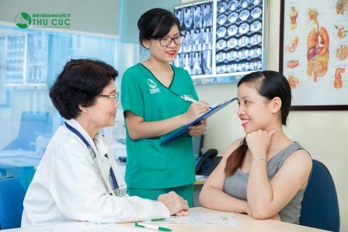 Bác sĩ chuyên khoa Tiêu hóa - Bệnh viện Thu Cúc đang tư vấn thăm khám bệnh cho người bệnh