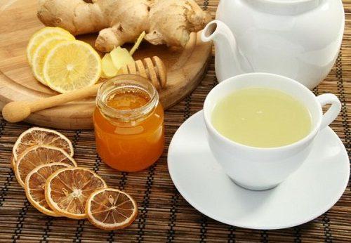 Uống nước chanh gừng mật ong ấm giúp bạn chữa đầy hơi khó tiêu nhanh chóng.
