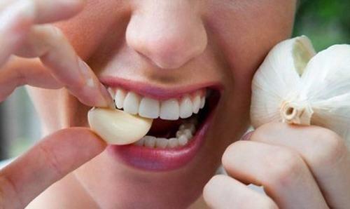 Để chữa ngộ độc thực phẩm tại nhà người bệnh có thể sử dụng tỏi
