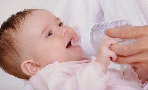 Trẻ bị táo bón nên uống nhiều nước.