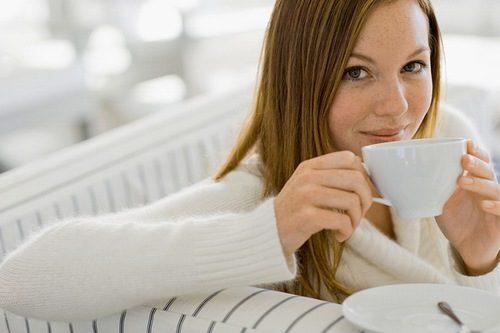 Khi uống nước muối ấm lúc xuất hiện cơn đau dạ dày cũng giúp làm giảm triệu chứng của bệnh
