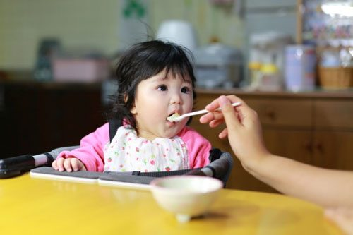 Vi khuẩn HP có thể lây nhiễm cho trẻ khi sử dụng chung đồ dùng ăn uống