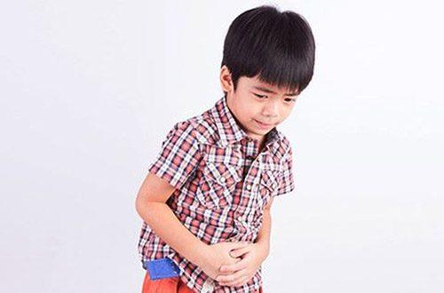 Trẻ bị nhiễm vi khuẩn HP sẽ có các triệu chứng đau bụng, ăn uống kém