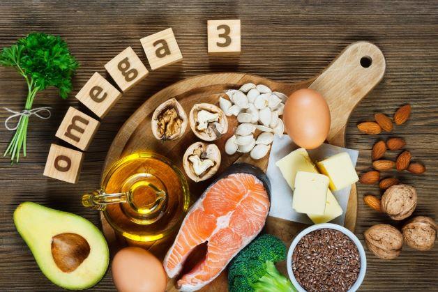 Các thực phẩm chứa axit béo như omega 3 có trong cá hồi, cá ngừ, các loại hạt vừng, hạnh lanh, hạnh nhân có khả năng giảm viêm, dịu vết thương sưng mổ...