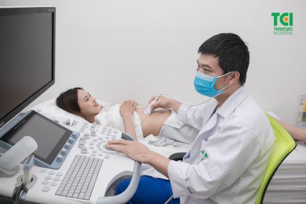 Việc thăm khám sức khỏe và tái khám định kỳ theo chỉ định của bác sĩ sẽ giúp người bệnh phát hiện kịp thời các biến chứng bất thường của cơ thể