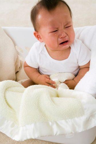 Trẻ bị sụt cân, thể trạng yếu, người mệt mỏi, quấy khóc là một trong các biểu hiện bệnh đường ruột ở trẻ