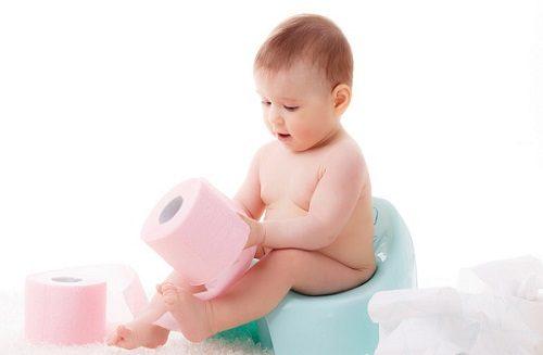 Ngoài ra, việc sử dụng thuốc kháng sinh trong thời gian dài cũng khiến trẻ đi ngoài phân sống, ảnh hưởng tới sức khỏe