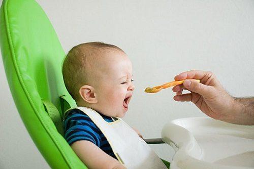 Chế độ ăn uống không hợp lý khiến trẻ dễ bị đi ngoài phân sống