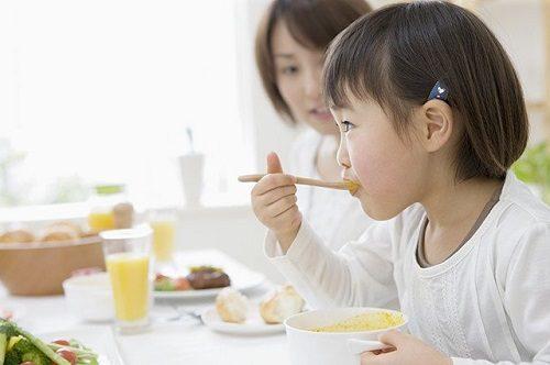 Thay đổi chế độ ăn uống hàng ngày của trẻ, đa dạng thực phẩm để cải thiện tình trạng bệnh