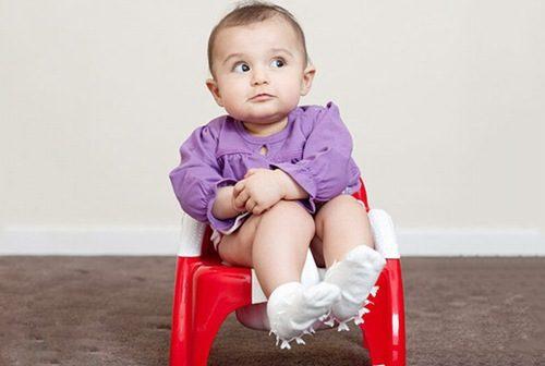 Trẻ bị táo bón do nhiều nguyên nhân khác nhau, chủ yếu là do chế độ ăn thiếu chất xơ