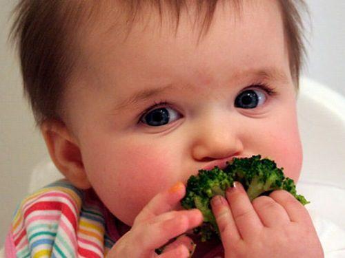 Để chữa trị táo bón cho trẻ hiệu quả, cha mẹ cần bổ sung đầy đủ rau củ quả hàng ngày cho bé