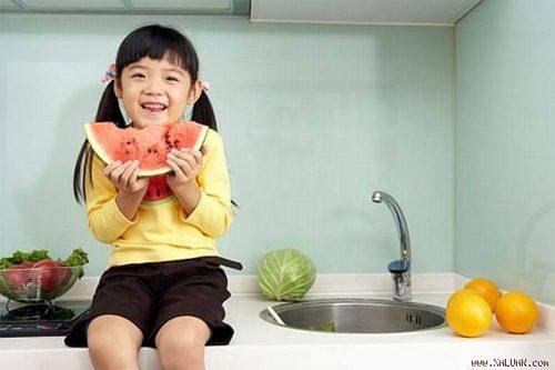 Có thể cho bé ăn các loại quả như dưa hấu, bơ... để cải thiện tình trạng táo bón