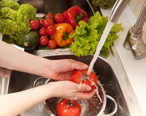 Lựa chọn thực phẩm sạch, rửa sạch và sơ chế đúng cách giúp hạn chế ngộ độc thực phẩm.
