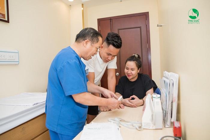 Sự tận tâm của các bác sĩ trong mỗi lần thăm khám càng khiến tôi cảm thấy an tâm hơn về quyết định đi đưa vợ từ Thanh Hóa ra Hà Nội để đón