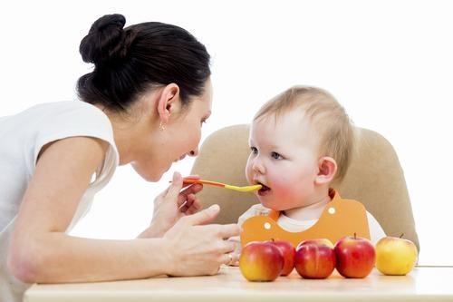 Cha mẹ cần chú ý chăm sóc trẻ trong chế độ ăn uống hàng ngày để cải thiện sớm tình trạng sức khỏe