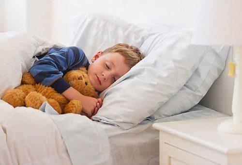 Cần cho bé nghỉ ngơi, hạn chế vận động mạnh và tuân thủ theo đúng liều lượng thuốc chỉ định của bác sĩ