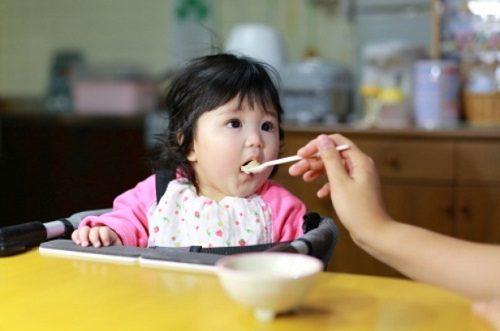 Nguy hiểm khó lường từ việc cho trẻ ăn cơm chan nước canh