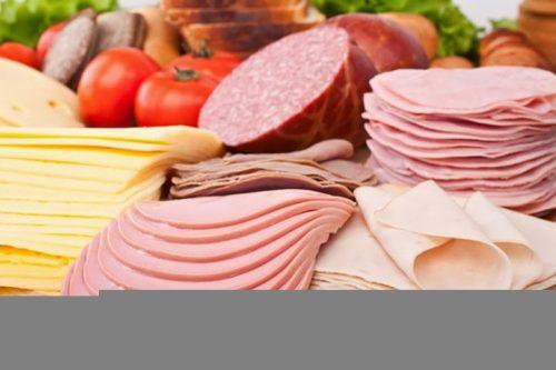 Không nên ăn loại thức ăn, nước uống kích thích niêm mạc dạ dày như các loại xúc xích, dăm bông, các loại thịt dai, có gân, sụn...