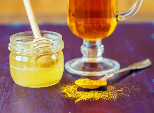 Tinh bột nghệ kết hợp với mật ong cũng có công dụng giảm triệu chứng trào ngược