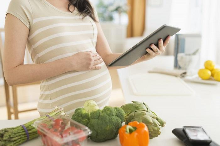 Phụ nữ nên tăng cường rau củ, hoa quả tươi để chuẩn bị cho việc mang thai.
