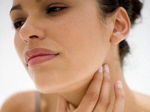 Cổ họng bị đau khi nuốt nước bọt là mắc bệnh gì?