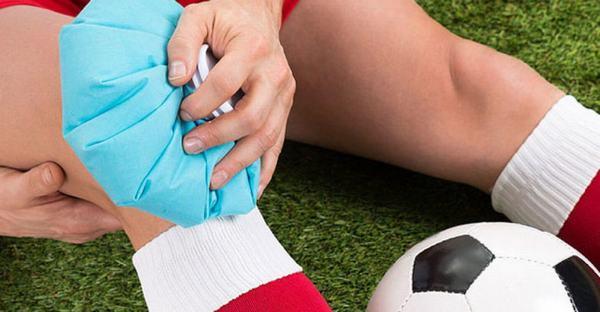 Khi bị bong gân không nên chườm nóng, thay vào đó là chườm lạnh sẽ giúp giảm sưng viêm