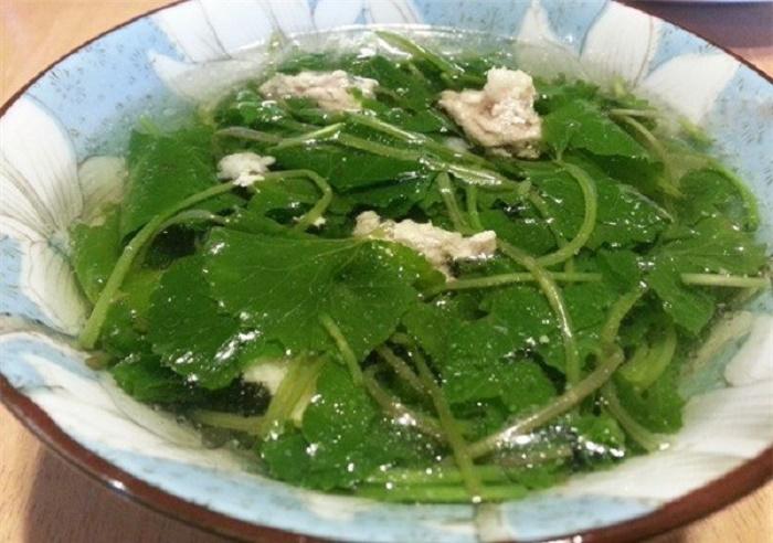 Mẹ có thể chế biến rau má theo nhiều cách, xào cùng thịt, nấu canh, xay lấy nước uống... đều rất tốt cho cơ thể.