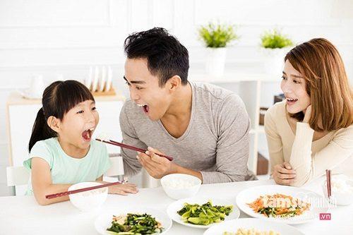 Sử dụng chung dụng cụ ăn uống như đũa, bát... cũng là con đường lây nhiễm vi khuẩn HP mà ít người biết