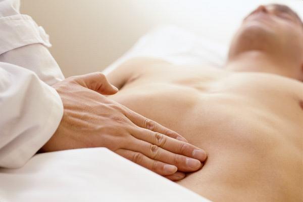 Người bệnh bị đau bụng dưới có thể là do mắc viêm ruột thừa hoặc hội chứng ruột kích thích...
