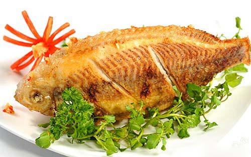 Cá là thực phẩm giàu đạm, tốt cho sức khỏe người bệnh đau đại tràng.
