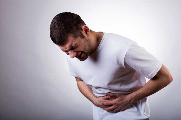 đau bụng là một trong những triệu chứng điển hình nhất xuất hiện ở khoảng 90% ca mắc