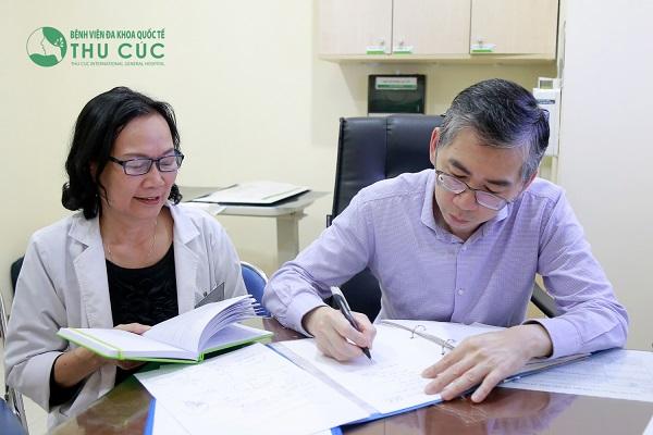 TS. BS Lim Hong Liang và BS Nguyễn Thị Minh Hương tư vấn điều trị ung thư cho bệnh nhân tại Bệnh viện Thu Cúc