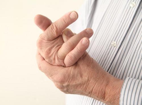 bị đau khớp ngón tay giữa là bệnh gì