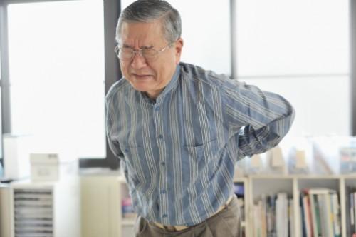 Đau lưng ở đốt sống cuối thường gây ra các cơn đau vùng thắt lưng, kèm theo các cơn đau nhức, tê vùng mông, đùi và lan xuống hai chân