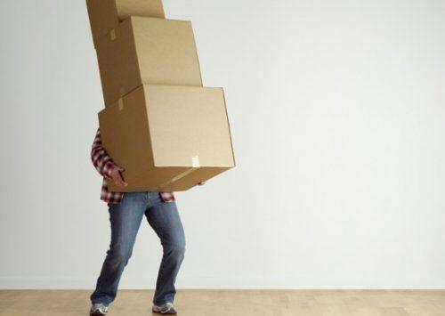 Ở những người lao động chân tay, hay phải làm việc quá sức trong thời gian dài sẽ bị đau lưng khi cúi xuống.