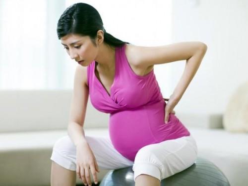 Trọng lượng cơ thể tăng mạnh trong tháng cuối đã tạo ra sức ép khiến lưng phải chống đỡ nặng hơn.
