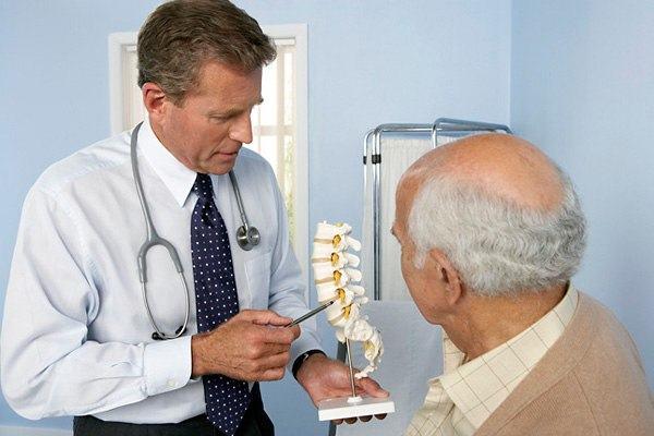 Người già cần đi khám khi có dấu hiệu đau nhức xương khớp để có biện pháp điều trị kịp thời