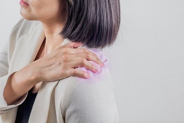 Chấn thương trong sinh hoạt, lao động, tai nạn cũng gây đau vai gáy