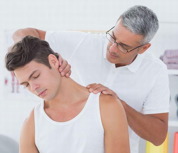 Tùy vào từng mức độ và nguyên nhân gây đau vai gáy, bác sĩ sẽ tư vấn phương pháp điều trị phù hợp
