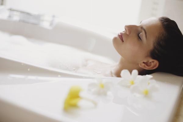 Chị em nên tắm nước ấm, dành thời gian nghỉ ngơi sẽ giúp cải thiện tình trạng đau xương chậu sau sinh