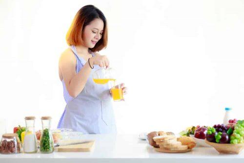 Ăn nhiều rau xanh, trái cây, nước ép trái cây rất tốt cho phụ nữ mang thai, giảm triệu chứng đầy bụng chán ăn